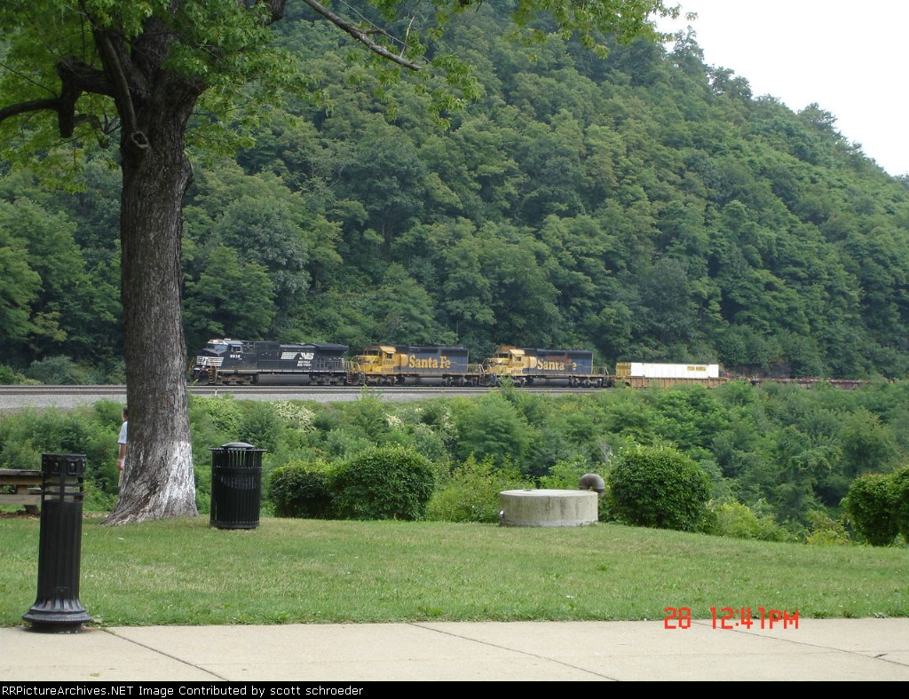NS 9938,BNSF (ex-ATSF) 6740 & BNSF (ex-ATSF) 6930 WB about to round the curve