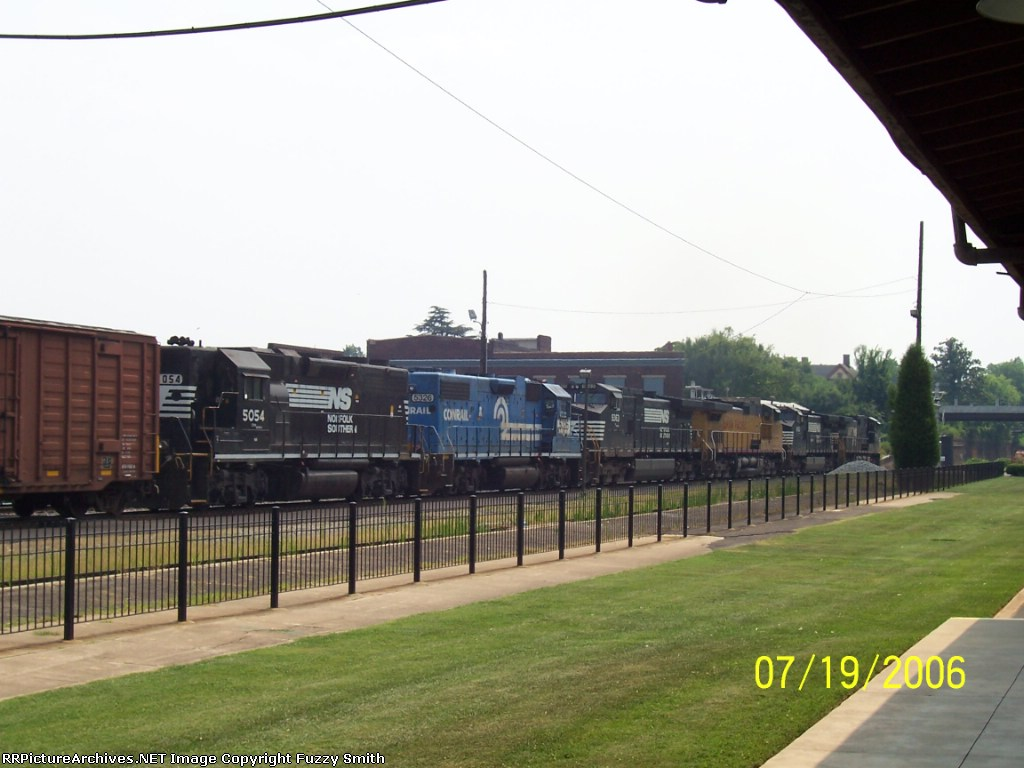 NS 9912, NS 9063, UP 9655, NS 9363, NS 5324 (ex-Conrail) and NS 5054 - southbound
