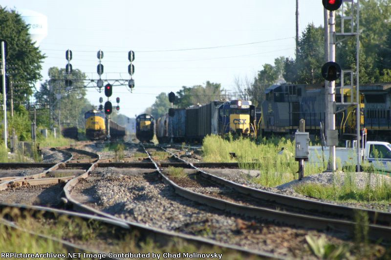 CSX 29 comes off the B&O with hoppers