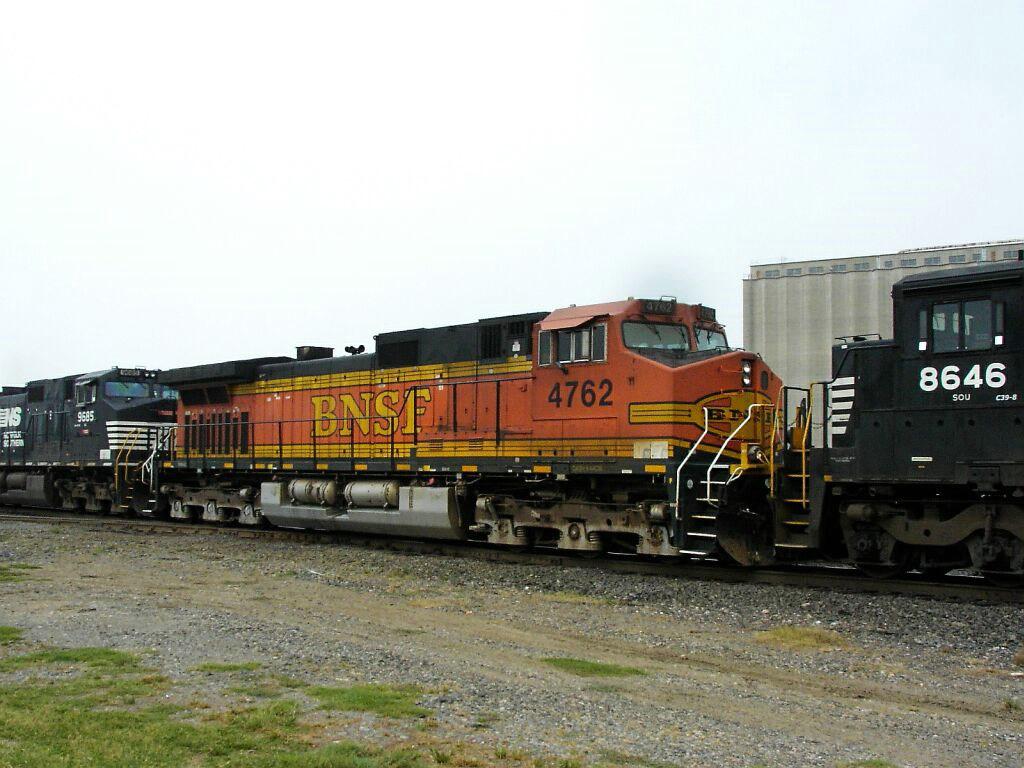 BNSF 4762, NS 8646, and NS 9685