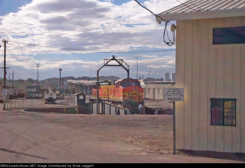 BNSF 4657 on turntable in BNSF yard