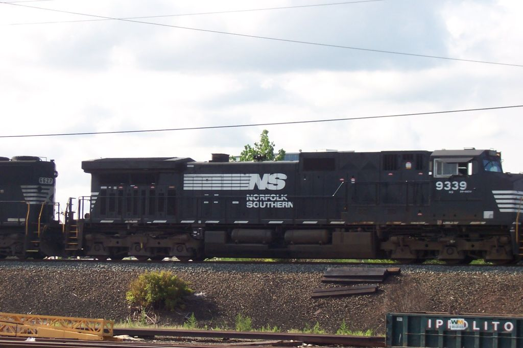 NS Merchandise train flys by us