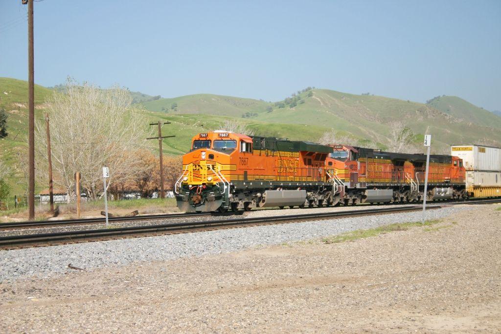 BNSF 7667 leads an Intermodal through Caliente
