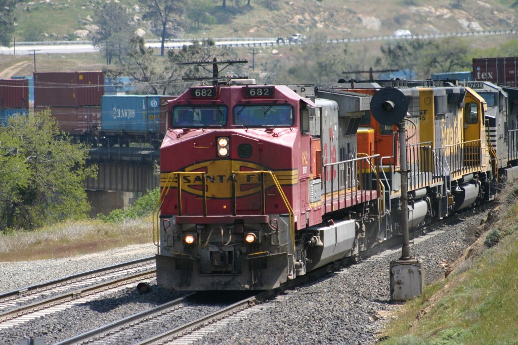 BNSF Warbonnet 682 leads an Intermodal into Woodford