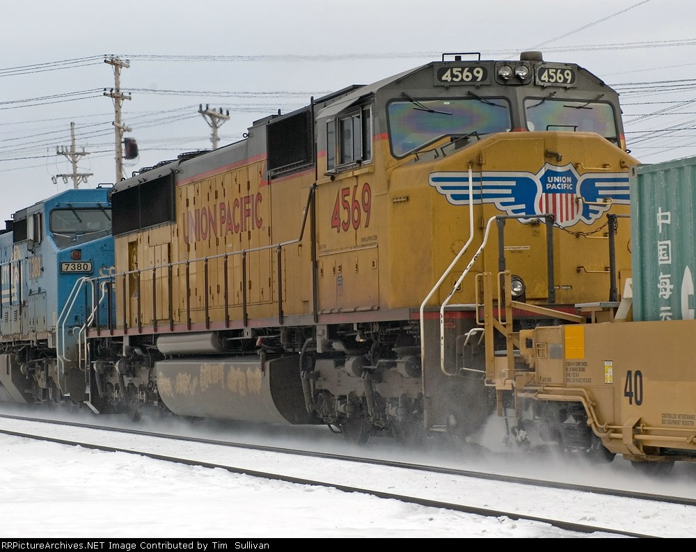 CSX Q156-16 with UP 4569
