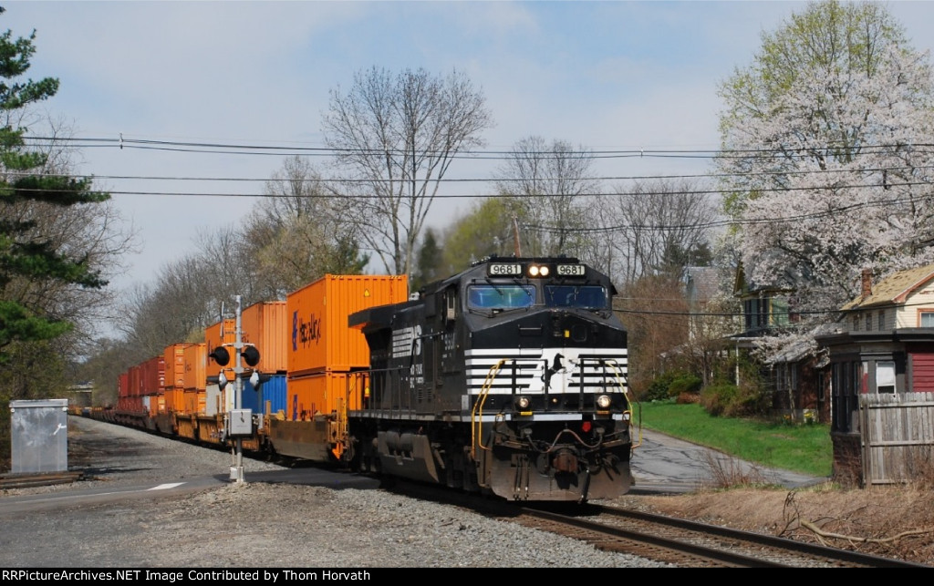 NS 22V passes through the Main Street grade crossing @ 10:40