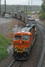 BNSF 5876 South enters the Gooseneck