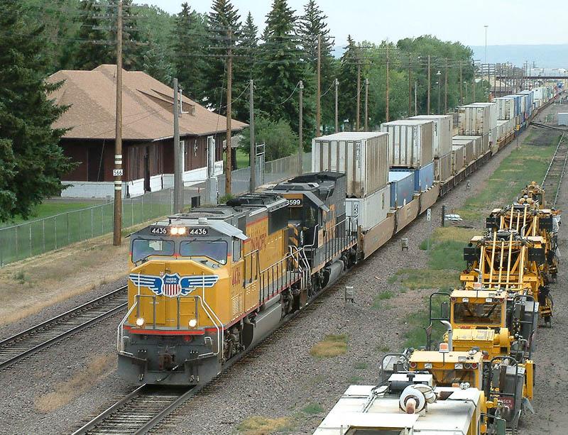 UP WB Intermodal arrives