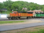 BNSF 121 makes a setout before heading on west