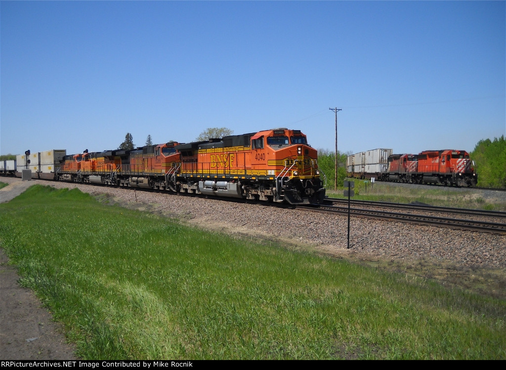 """BNSF 4040 Leads a Westbound """"Z"""" train over the SOO diamond at Detroit Lakes"""