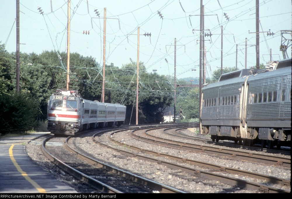 SEPTA 2305 With Train 7547 at 5:44 pm