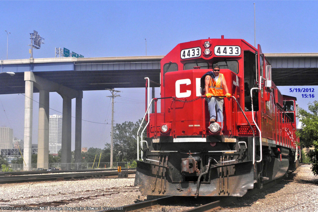 CP 4433 wanders west after a shift of shuffling cars @ Burnham end of M'squito yard