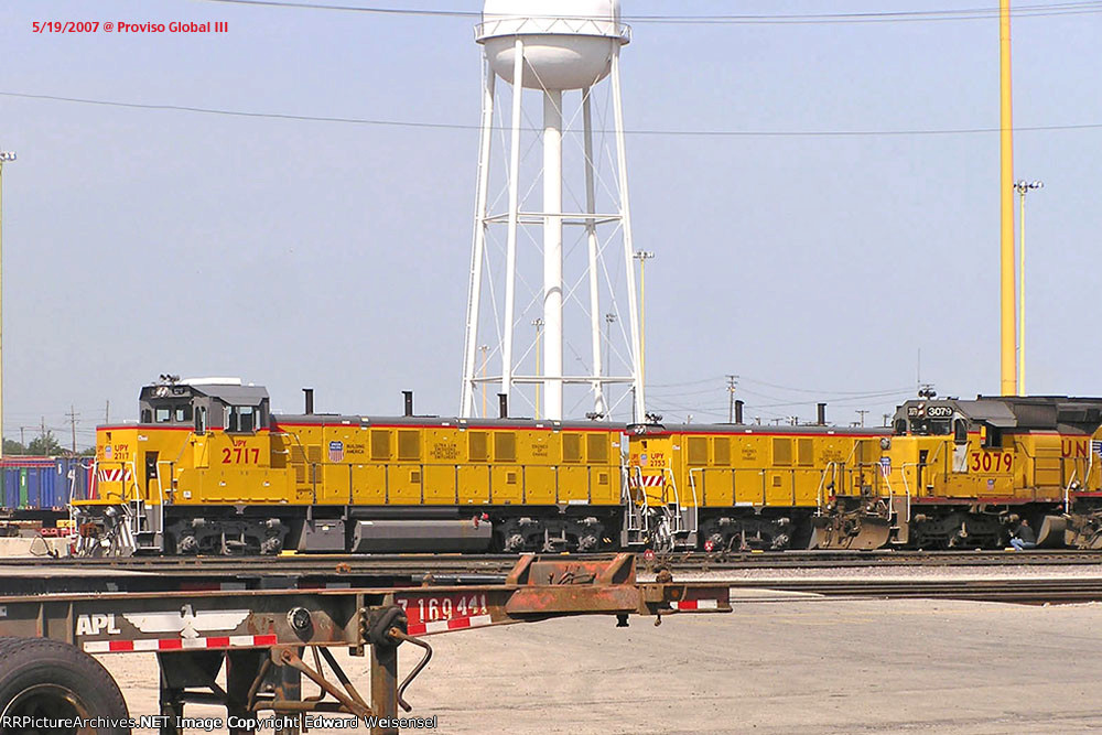 UPY 2717 has sibling 53 hiding behind nee-CNW Sd40-2 3079