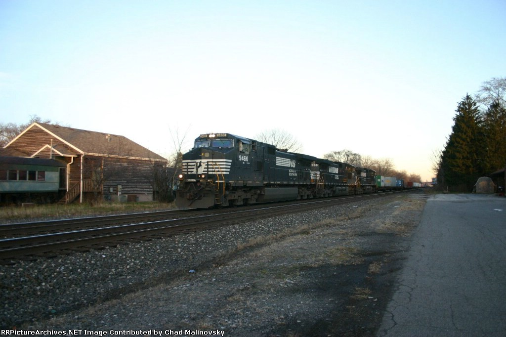 NS 9466 heads up a stack train