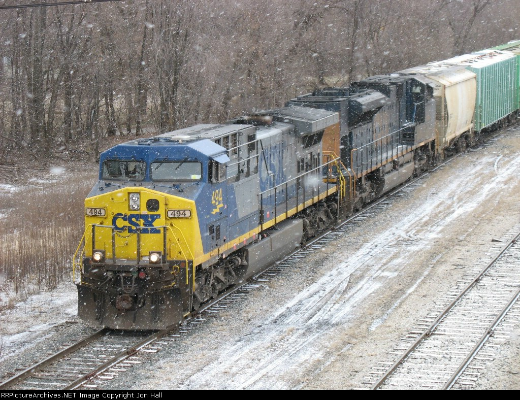 CSX 494 & 4831 rolling into the yard in a light snow with Z144