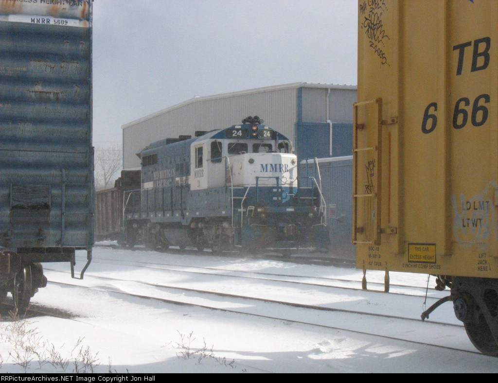 MMRR 24 framed by boxcars