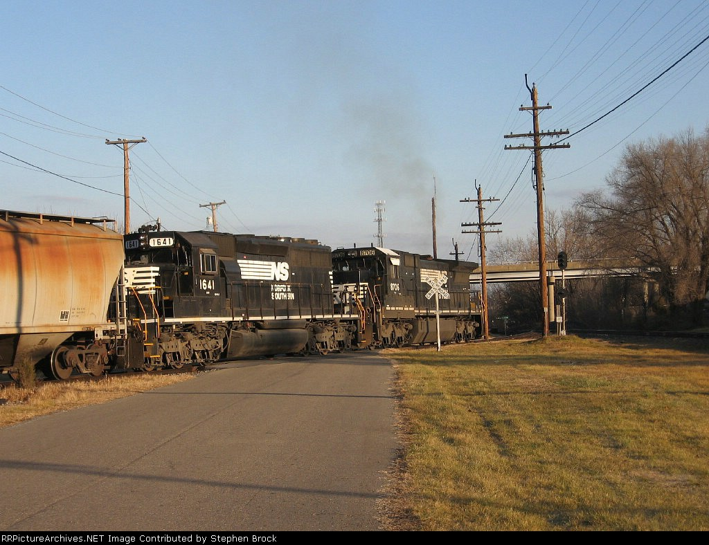 NS 8706 and 1641 switch onto the main line