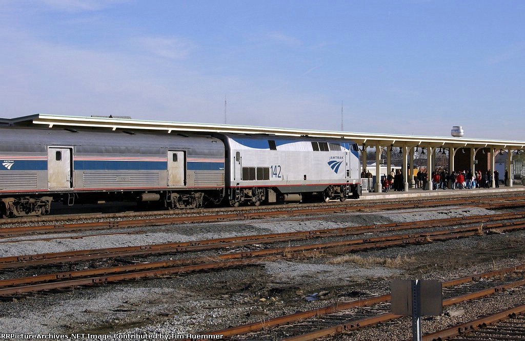 Amtrak 80 arrives to a full platform