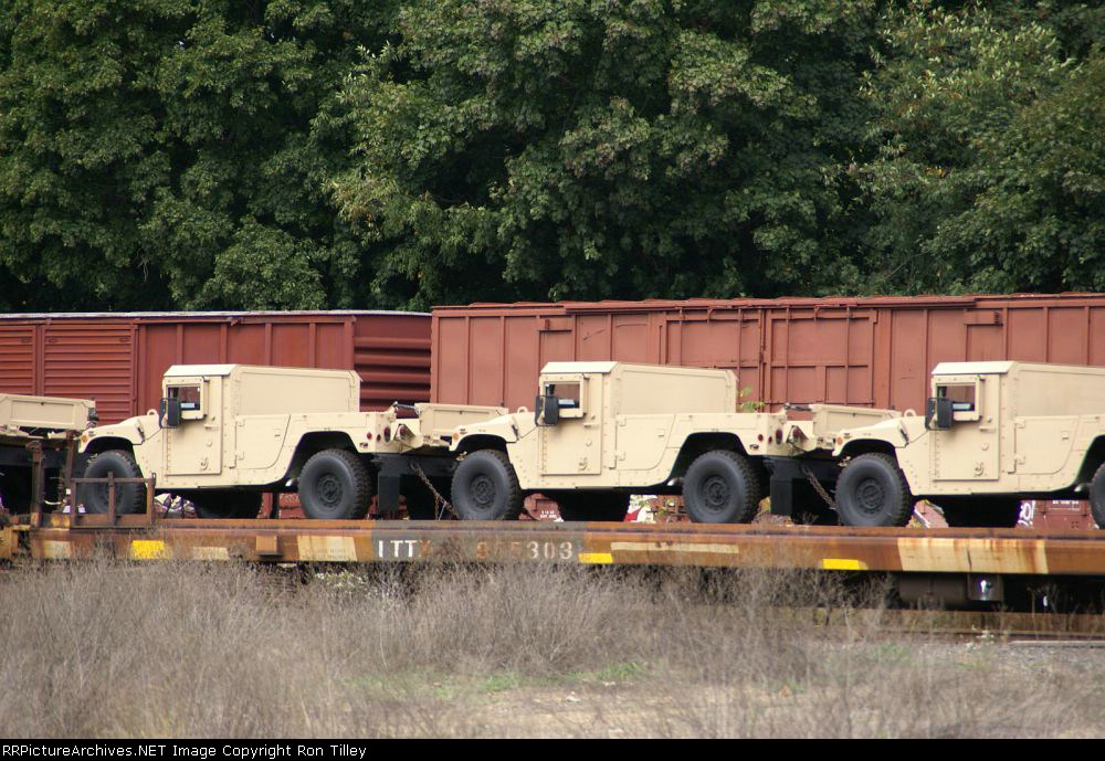 Closer look at the HUMVEE's on the Flat cars