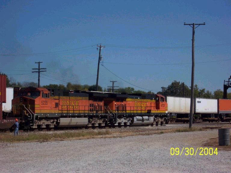 BNSF 4721 cruises by westbounder