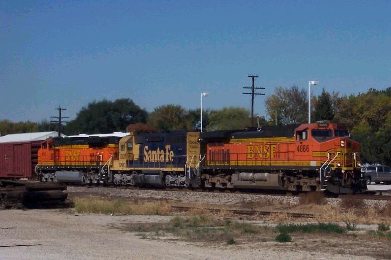BNSF 4866 leads manifest east