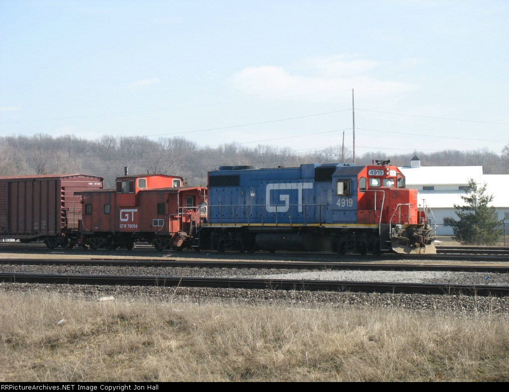 GTW 4919 with caboose 79054