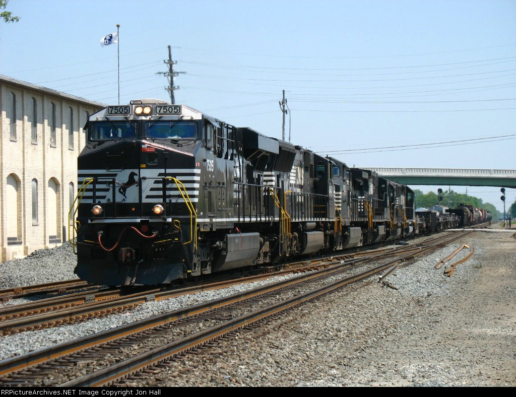 NS 7505 on the point of six units leading 31E