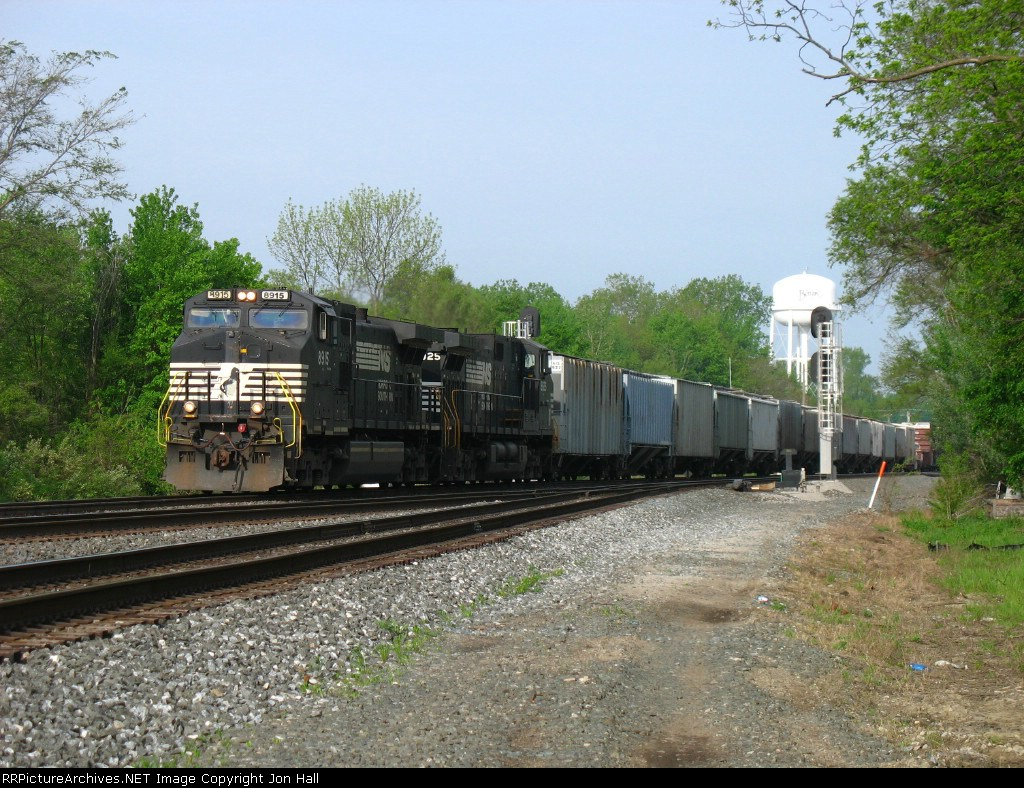 NS 8915 & 8925 bringing 358 eastward