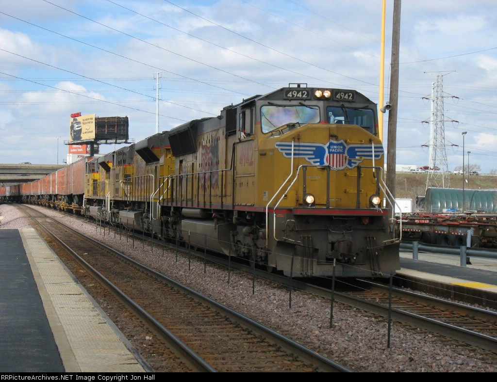 UP 4942, 8498 & 8502 leading trailers for Global 1 around Proviso Yard