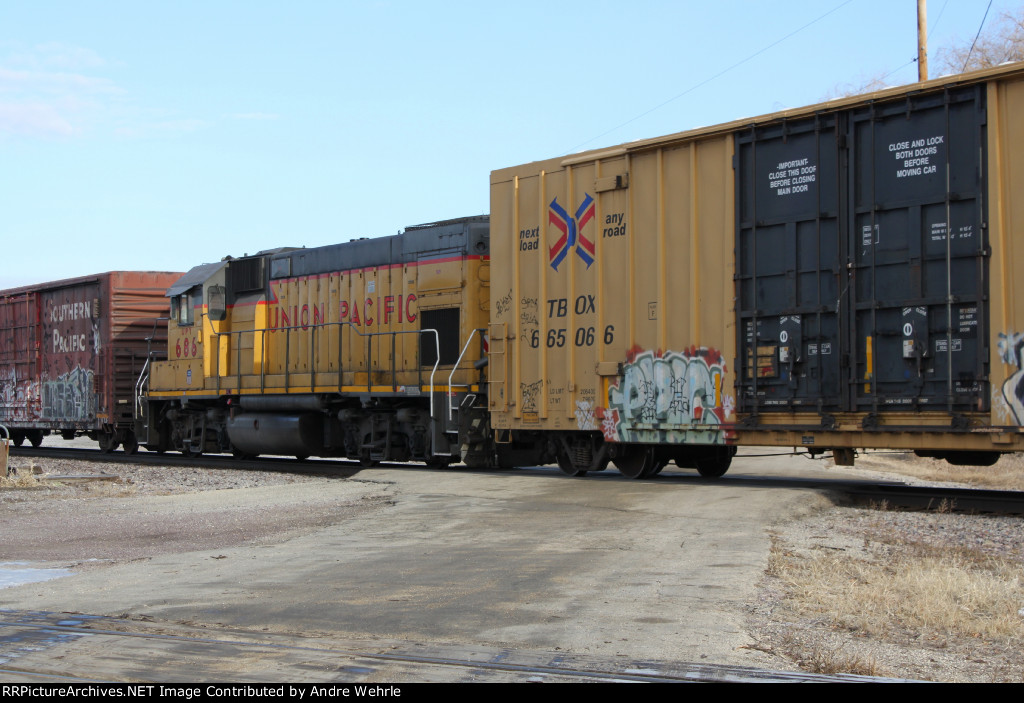 UPY 686 sandwiched between cuts of boxcars