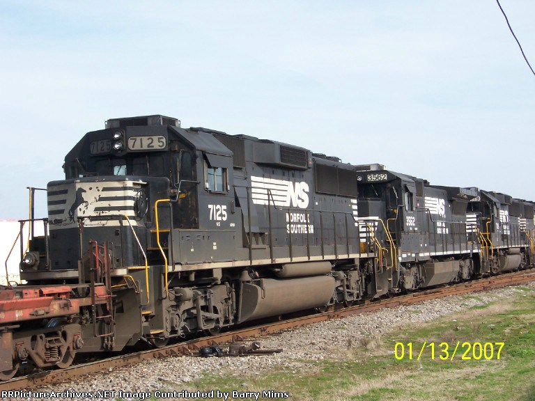 View of NS 7125 and NS 3562 on NS train 220