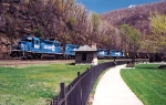 Conrail #3334 leading heavily loaded coal train around Horseshoe Curve