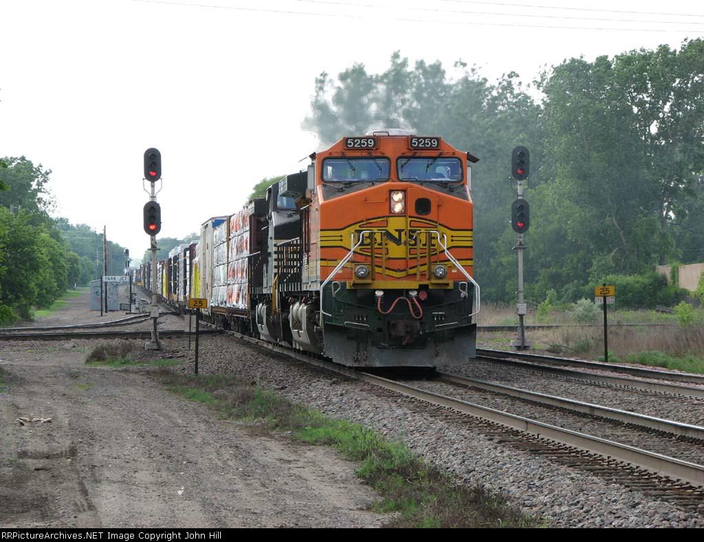 07052842 Eastbound BNSF freight crosses MNNR diamond at Park Jct.