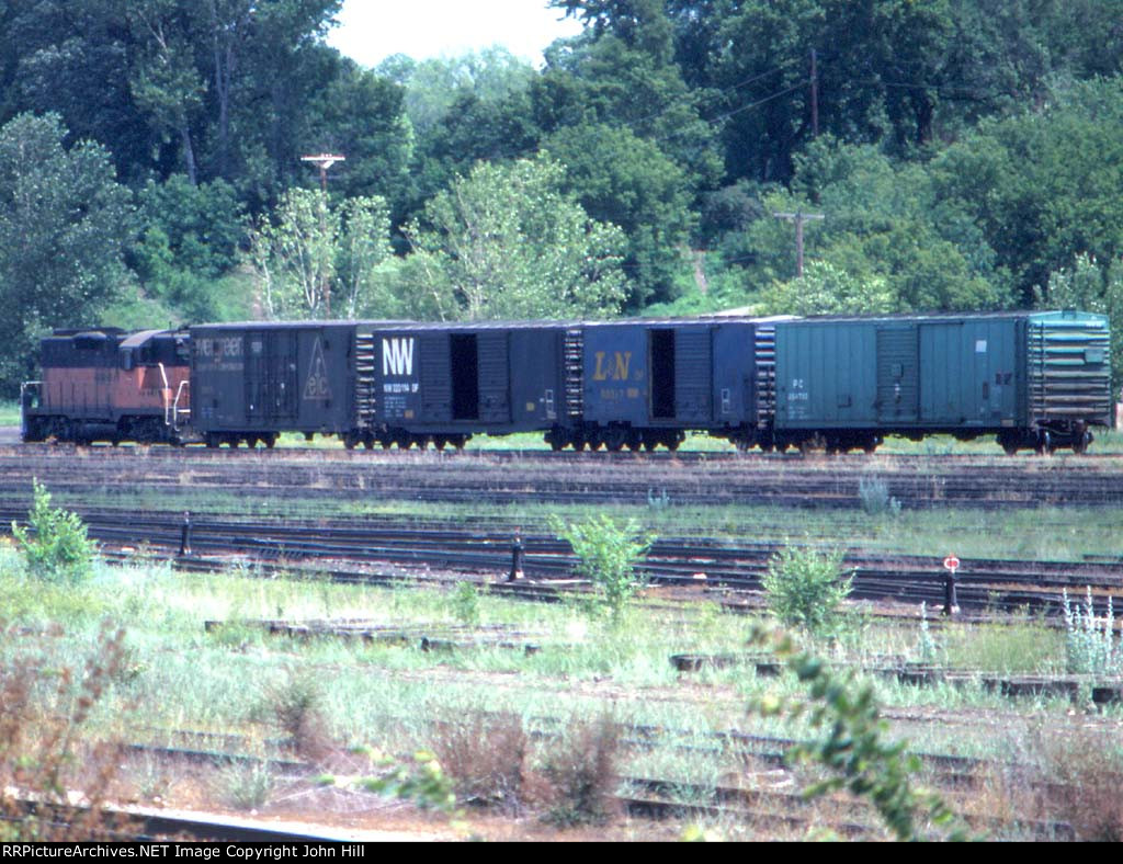 1058-04a One of my last sightings of action in dormant MILW Bass Lake Yard