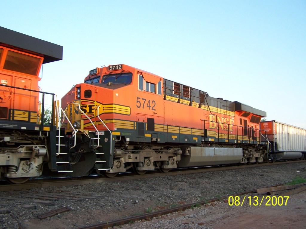 BNSF ES44AC 5742