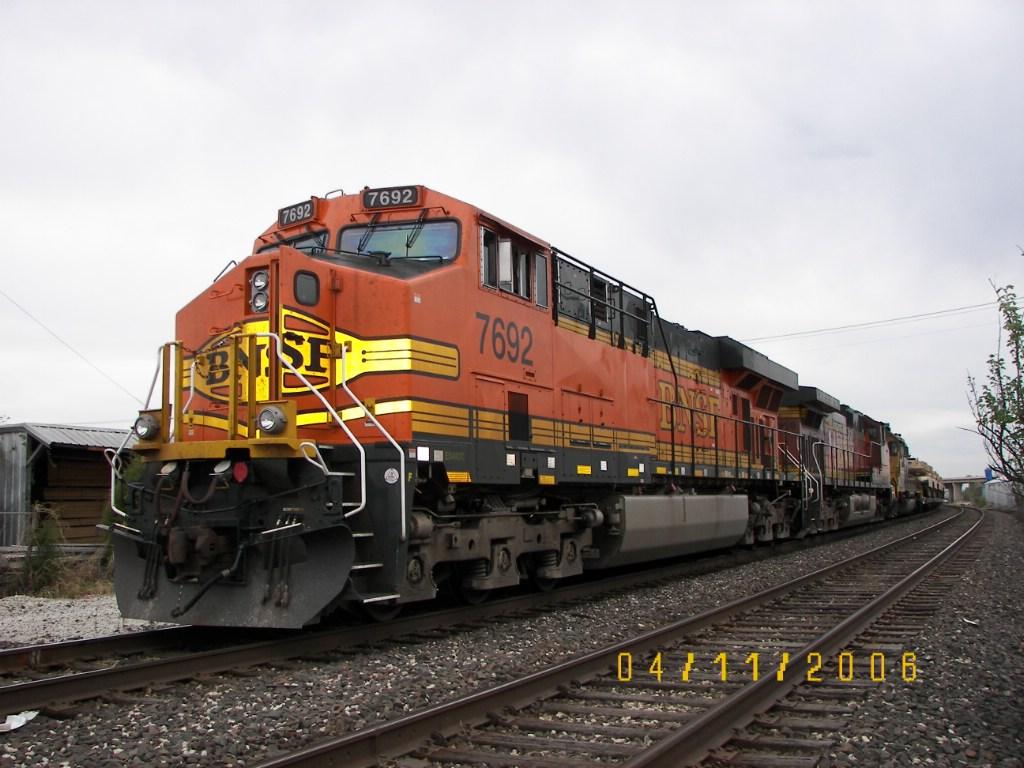 BNSF ES44DC 7692