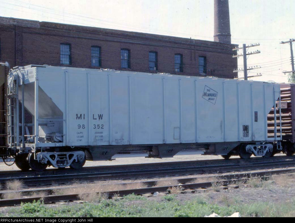 1021-31 MILW 98352 on eastbound freight at Cleveland Ave