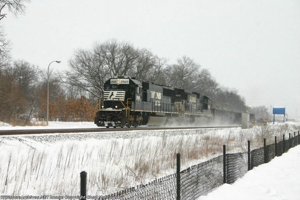 NS 2565 takes B09 back to Michigan Avenue