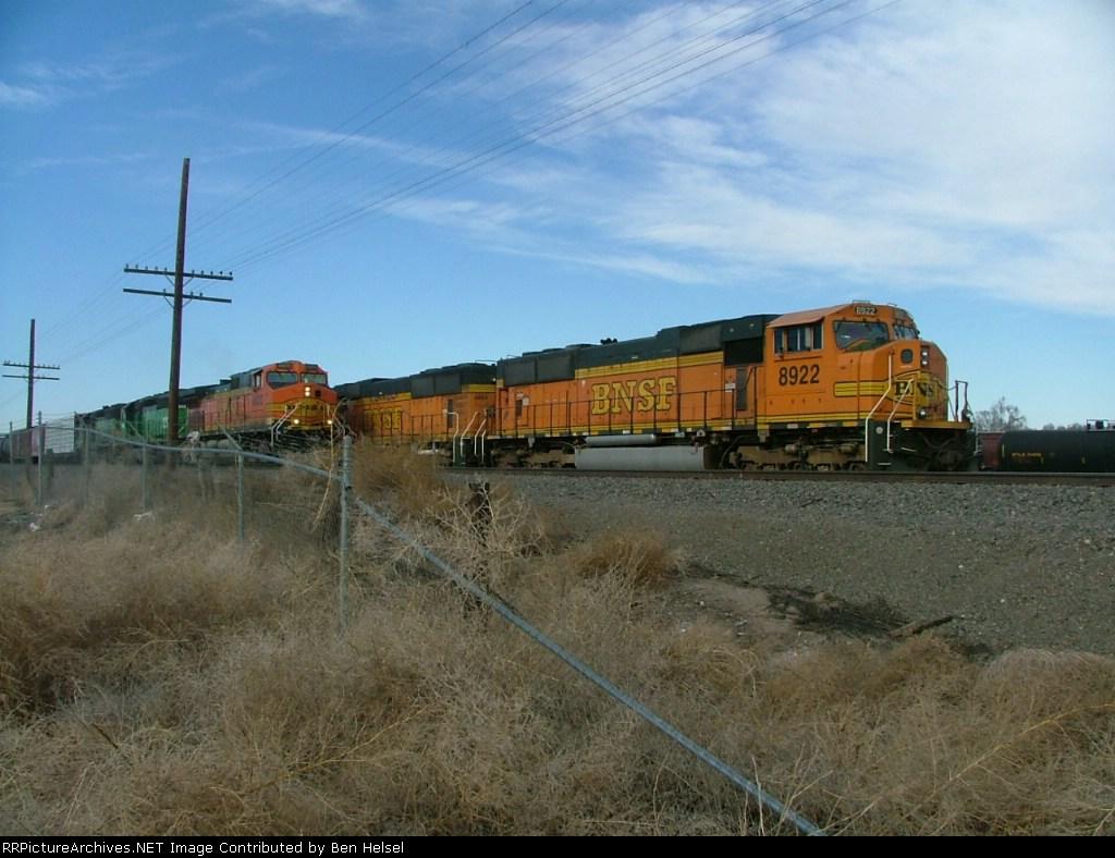 BNSF 8922 and BNSF 4628