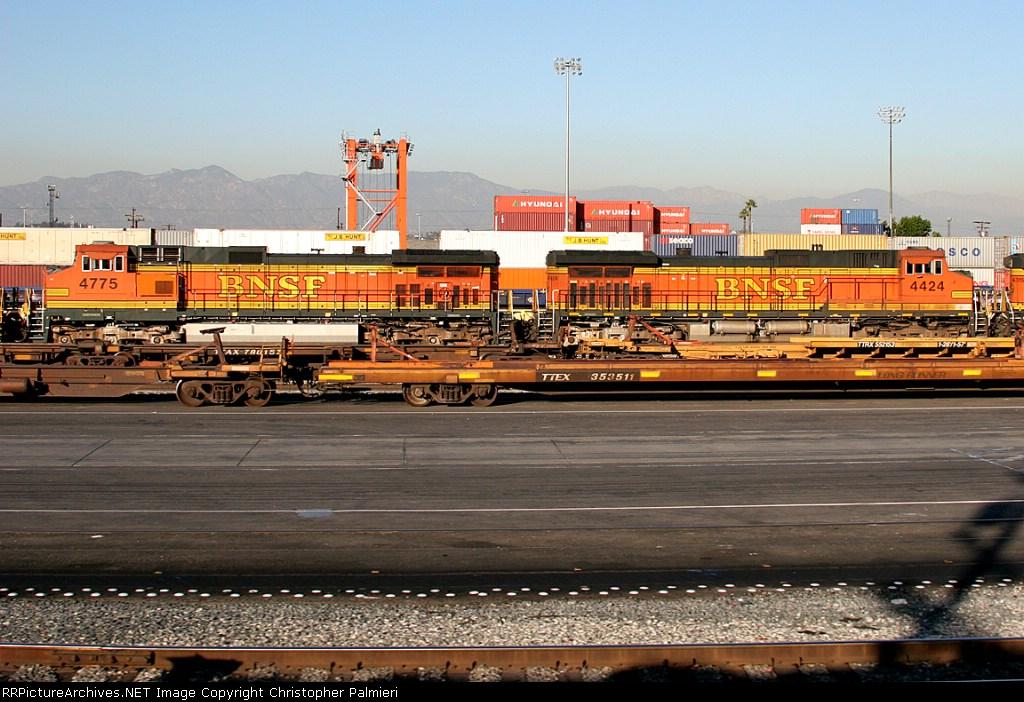 BNSF 4775 and BNSF 4424