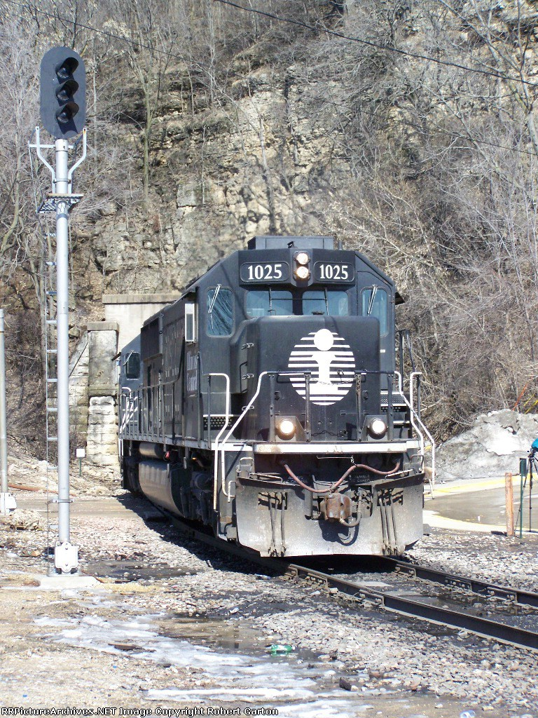 IC 1025 Rounds the Curve Outside the CN/IC Tunnel