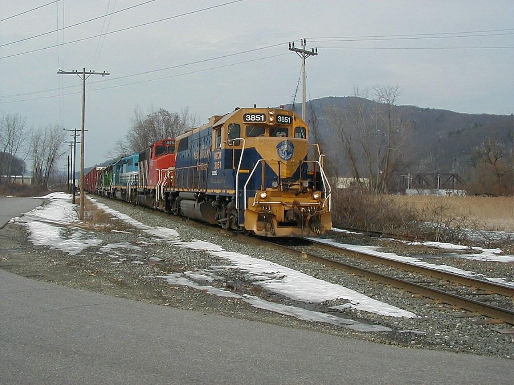 NECR 3851 leads a long train south