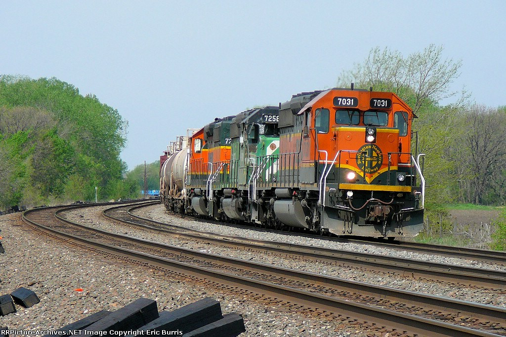 BNSF 7031 slows down to stop