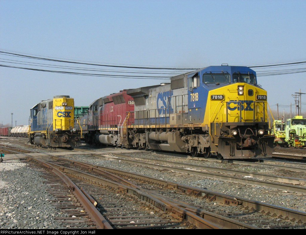 As outbound Q326 heads down the Old Even, 2520 heads in to start breaking up inbound 326