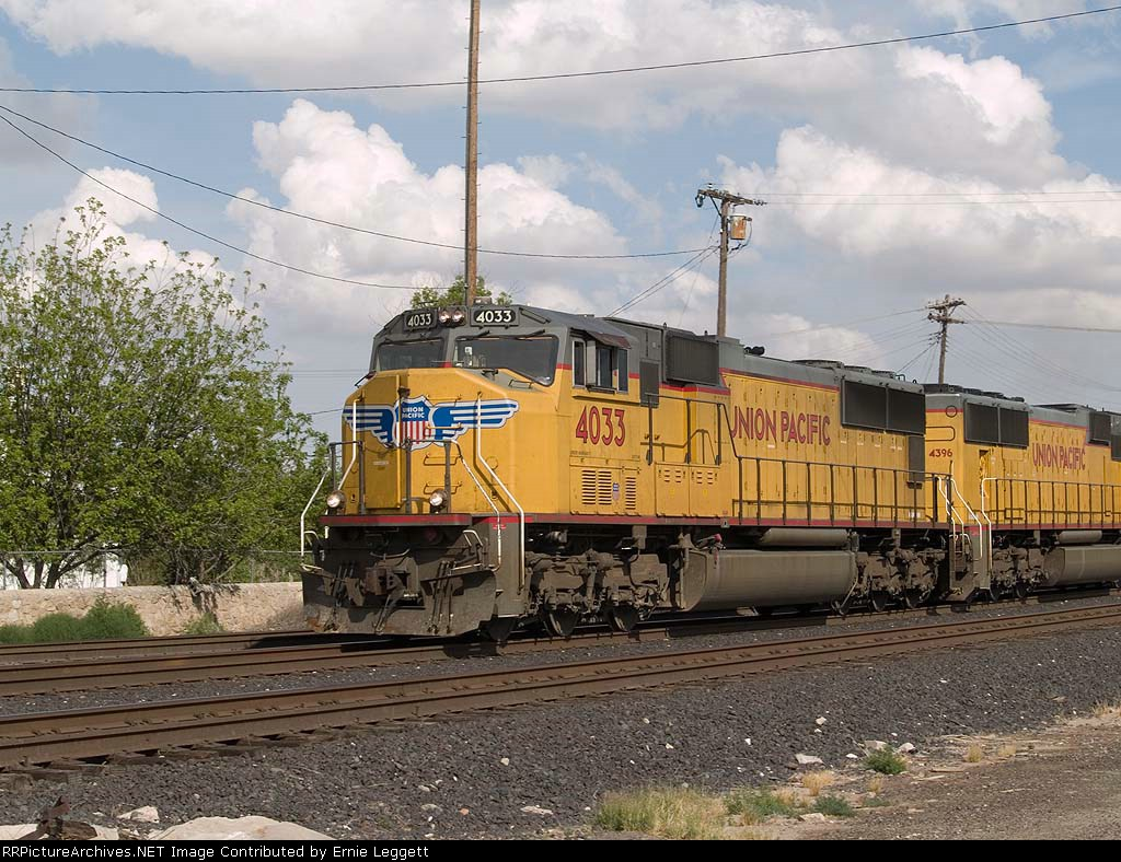 UP 4033 leads a WB intermodal at 4:29pm