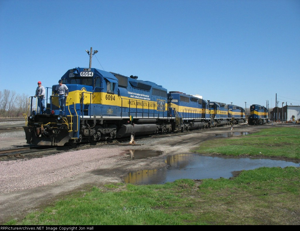 DME 6094 leading a power move out of the house past ICE 4201