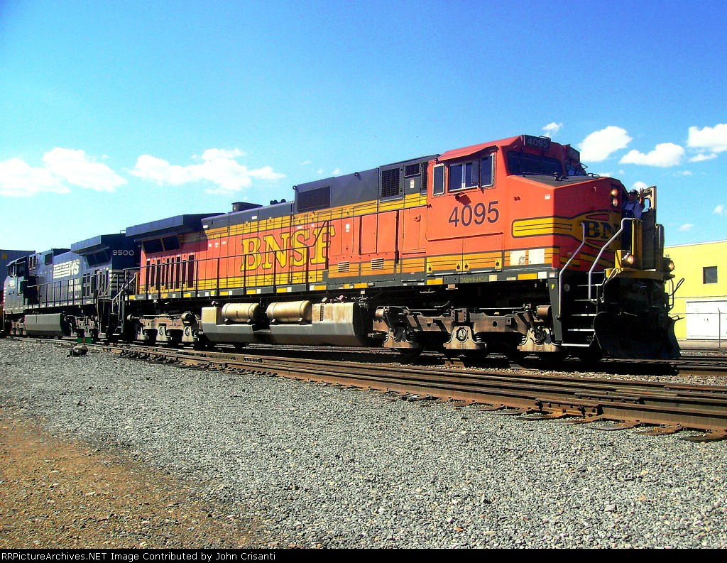 BNSF 4095 On Train Q-DENTAC1-25a