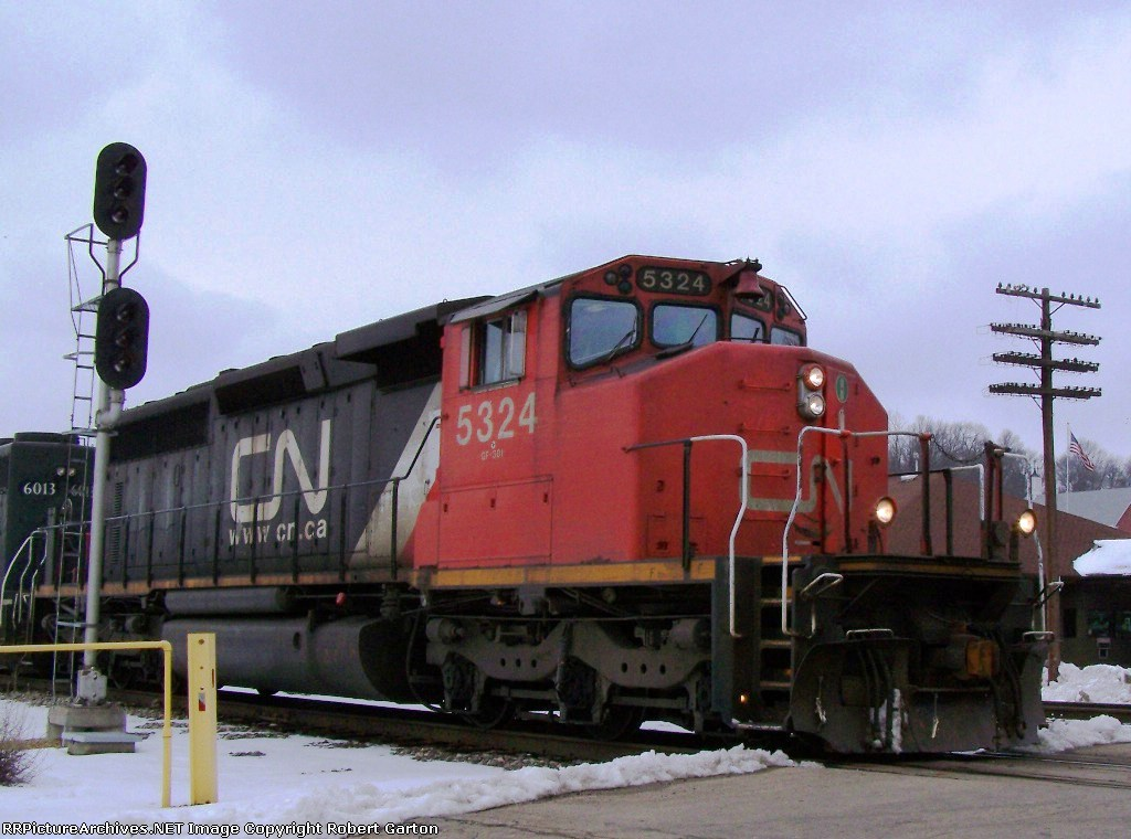 CN 5324 Enters a Crossing