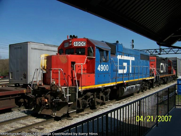 GT 4900 leads local job by Homewood, IL railfan platform