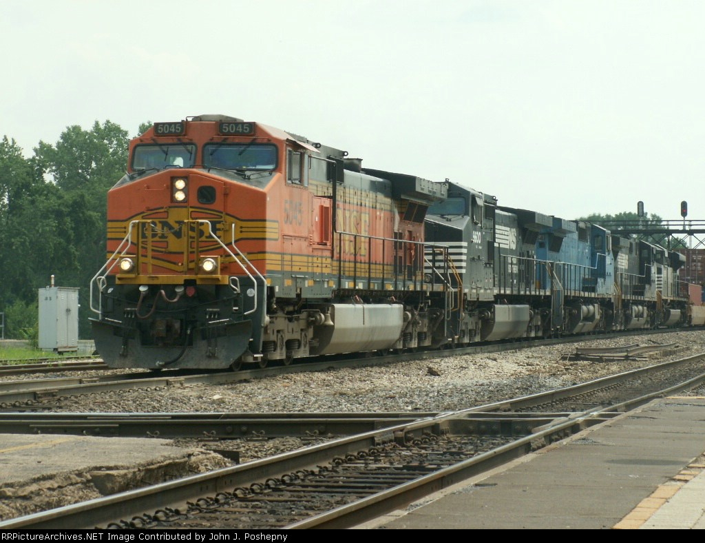 BNSF Stacker heads east